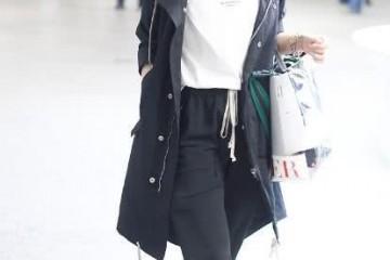 离婚后的马伊琍活出新自我T恤衫调配小脚裤简略又时髦
