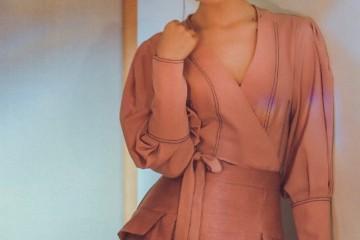 她是嘉行中不温不火的女演员粉衬衫配皮裙高雅美丽长腿更让人心动